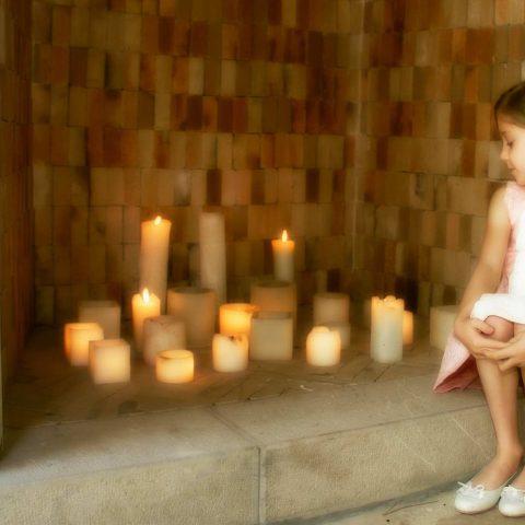 Sesión fotográfica de comunión niña en la chimenea con velas