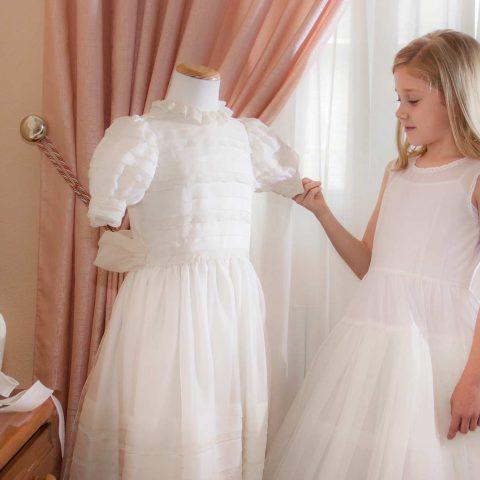 Sesión fotografía de comunión niña y traje en maniquí