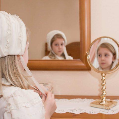 Sesion de fotos de comunión niña se refleja en espejos