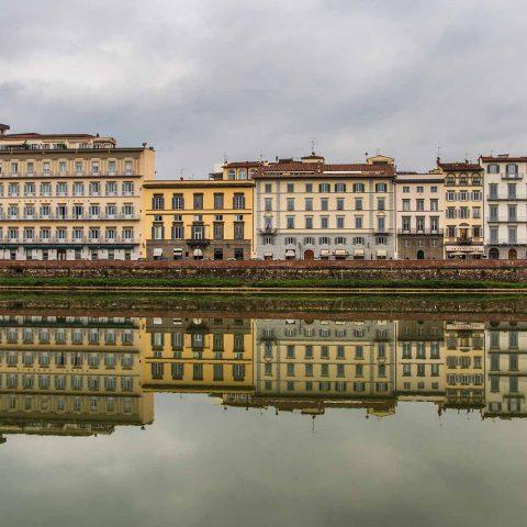 Foto de Florencia reflejada sobre el río