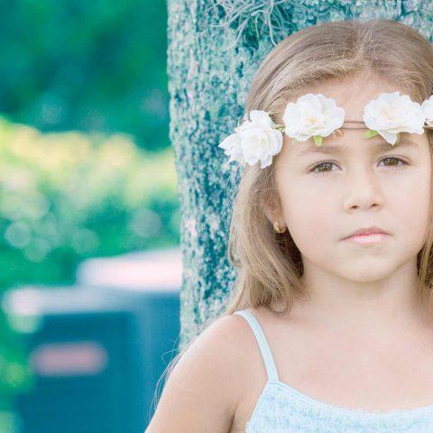 Foto de niña con efecto vintage en exterior