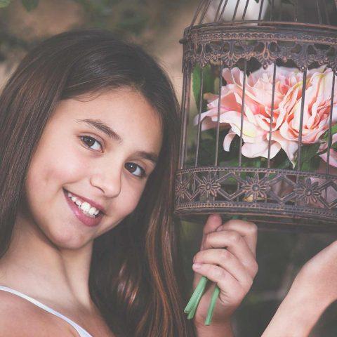 Fotografía de exterior niña y flor