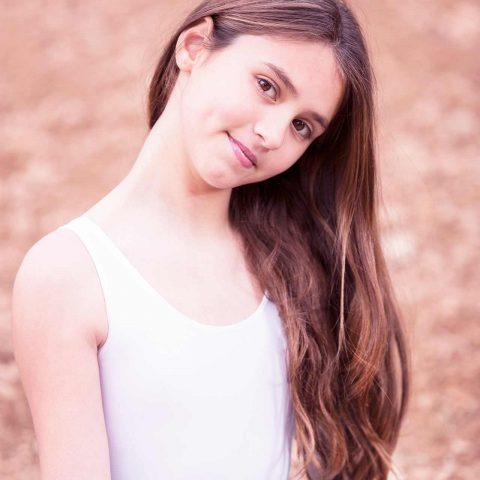 Foto de niña primer plano de joven bailarina en exterior