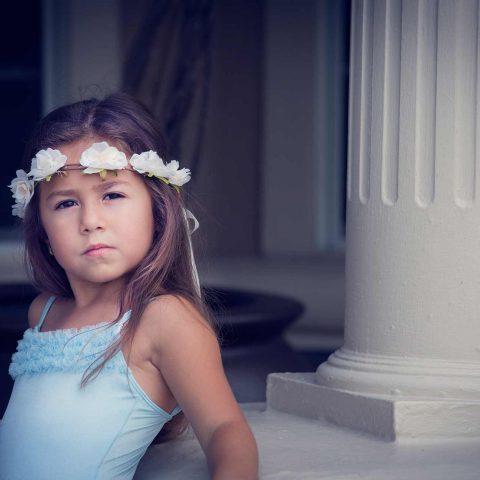 Foto de exterior niña con diadema de flores