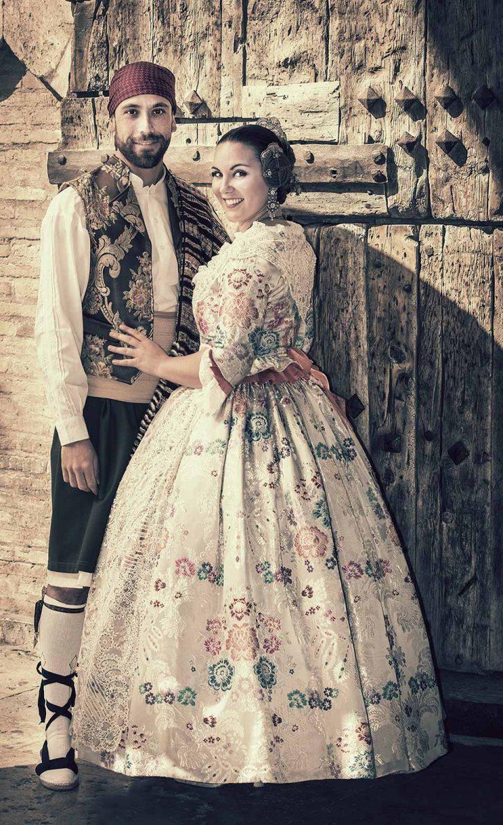 pareja en fotos de fallero con indumentaria valenciana