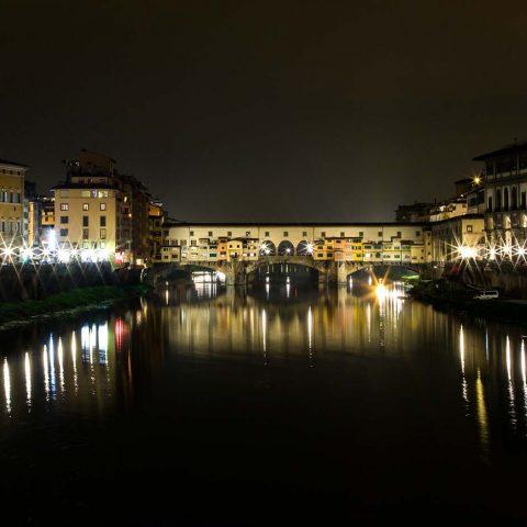Nocturna del Ponte Vecchio de Florencia sobre el río