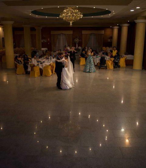 Pareja de novios en fotografía de boda baila el vals