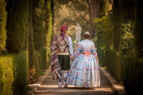 pareja de Falleros pasean por un parque en Valencia