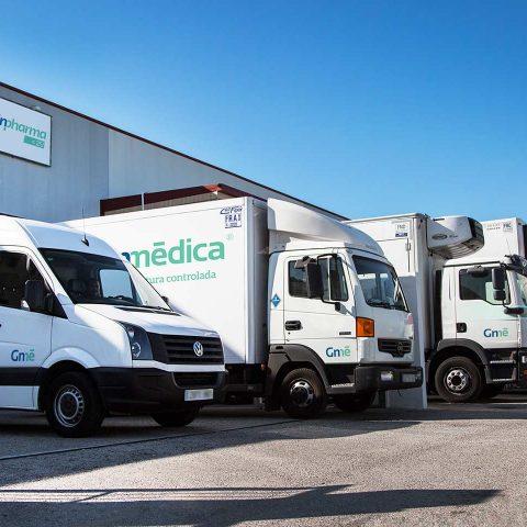 Fotografía flota de vehículos de empresa de transporte