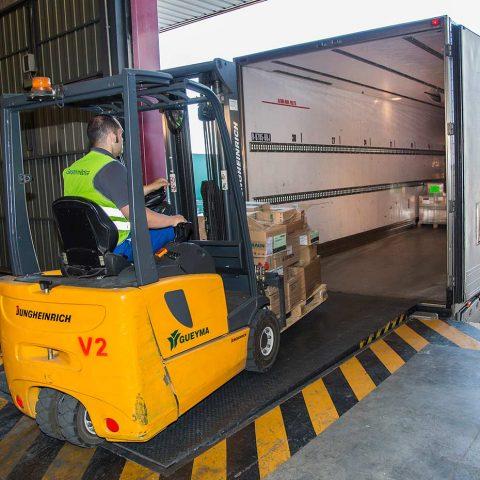 Fotos de empresa: operario cargando un trailer