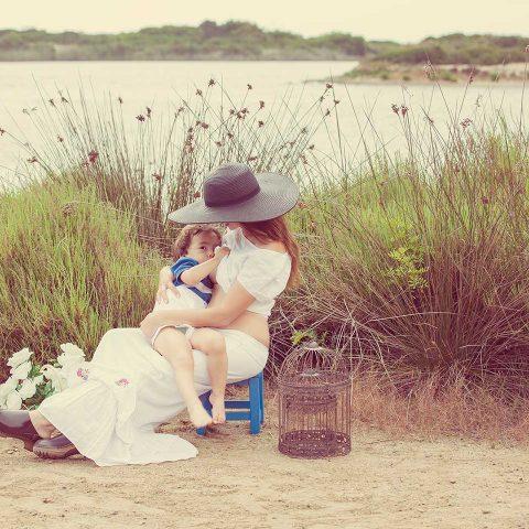 Madre e hijo foto familiar en la playa