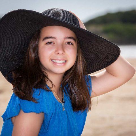 Niña con pamela en la playa