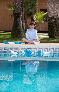 Fotografía en exterior Comunión niño junto a la piscina