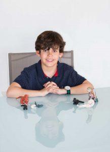 Niño con dinosaurios de plastilina