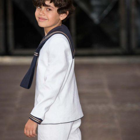 Foto de niño en exteriores con traje de Comunión